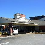 The front entrance of Holiday Inn in Boxborough
