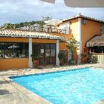 piscina de la pousada con vista a Ossos
