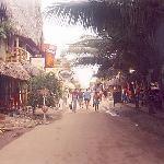 Calle Guido Chiriboga 2006, desde la entrada del Papaya Hosteria (lado Izquierdo de la foto)
