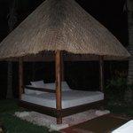 lit sur le bord de la piscine