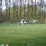 Estudiantes jugando en zona verde privada del colegio