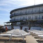 Vista exterior del Hotel y el Beach Solarium