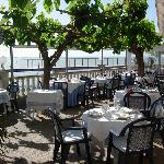 Foto de una parte de la magnifica terraza sobre el mar del Restaurante
