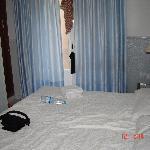la habitacion con dos camas pequeñas juntas en vez de una de matrimonio como reservamos