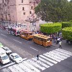 la parada de los tranvias que dan un tur por la ciudad justo al frente del hotel