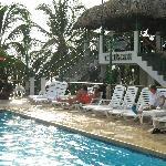 la piscina y al fondo el bar cayman