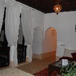 Una sala de balcón donde hay dos habitaciones