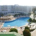 vista de la piscina desde la terracita de la habitación
