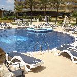 Parte de la piscina del hotel