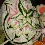 Une pastèque-décoration au buffet