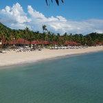 la spiaggia animata e il villaggio