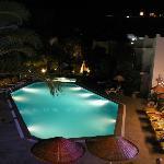 La piscine prise d'une terrasse au dessus de l'hotel