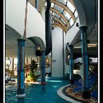 piscina interna: notare le colonne tutte diverse
