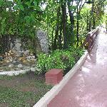 Petite chute décorative et la passerelle reliant la plage au site de l'hôtel