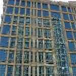 El reflejo de un edificio en el otro