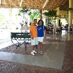 con mi esposo en el Lobby