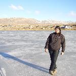 caminando sobre el lago congelada a mis espaldas se ve el hotel