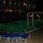 piscina por la noche