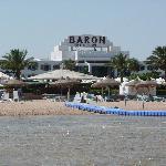 spiaggia e passerella per la barriera