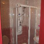 El cuarto de baño, pequeño pero completo y cómodo