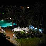 di notte, bar e piscina