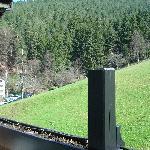 Blick vom Balkon (in die Berge)