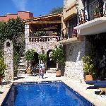 piscina y casa por fuera. comedor arriba