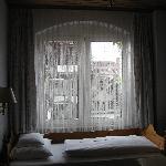 Le lit fait la largeur de la chambre