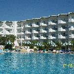 vue arrière de l'hôtel, piscine