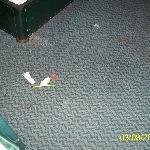 Müll unter dem Bett nach anheben