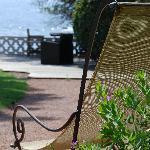 Une chaise longue regarde la mer