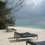 La plage et le ciel capricieux de l'océan Indien