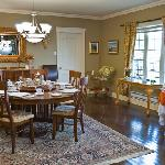 Nicely furnished dinning room