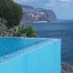 La piscine à débordement dominant l'océan
