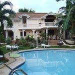 Blick über den Pool zum Gästehaus