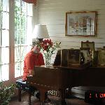 Pianist guest plays after breakfast