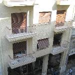 edificio frente al hotel