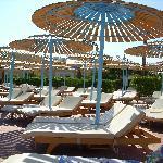 ombrelloni ammassati alla piscina