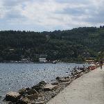 Fiesa-Bucht mit Strandweg von Piran. Hotel Fiesa Barbara in der Bildmitte (weisse Gebäude)