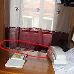 aqui se ve la cama detras de recepcion