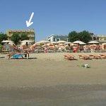 """Hotel visto dalla spiaggia (bagno 69 """"Rinaldo"""")"""