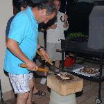 Il padrone di casa Vadero che prepara la grigliata
