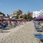 la bella spiaggia riservata all'hotel
