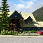 Kicking Horse Lodge, Field