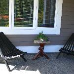 Die gemütlicher Sitzecke vor dem Eingang