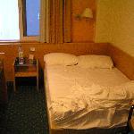 Habitacion doble, cama de 1.20cm, yo mido 1.70 y mi marido 1.88.