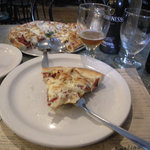 Pizza Reuben servi avec mayonnaise maison à la relish