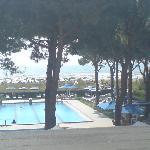 Blick vom Balkon auf Pool und Strand