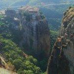 尖った岩の上に立つ修道院
