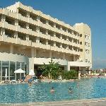 L'une des piscines de l'hôtel